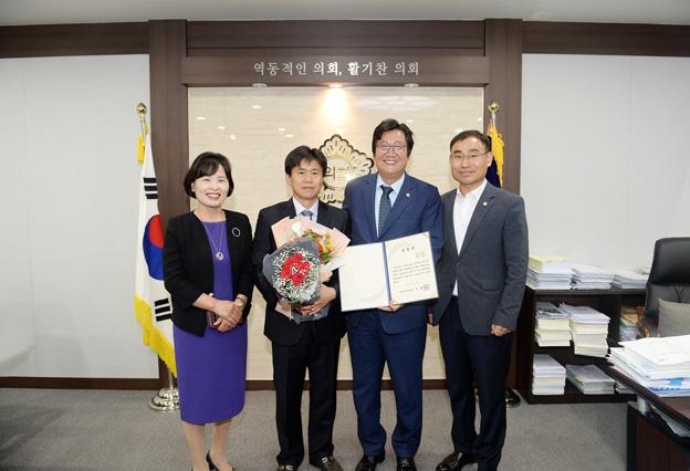 """시의회, 6월부터 """"이달의 칭찬공무원"""" 선정해 수상"""